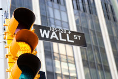 华尔街符号和黄色红绿灯,纽约 库存照片