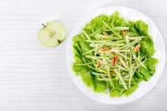 华尔道夫沙拉用核桃、绿色苹果和芹菜 库存照片