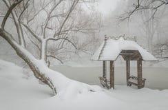 华格纳小海湾和眺望台在雪,中央公园, NYC 免版税库存照片
