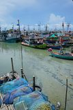 华欣,泰国, 11/05/2018 :泰国渔夫保留网和登陆艇在HAU HIN泰国海湾  图库摄影