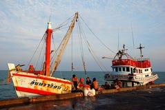 华欣,泰国:在公开码头的捕鱼船 免版税库存图片