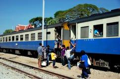 华欣,泰国:在驻地的泰国铁路火车 库存照片