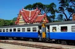 华欣,泰国:在驻地的泰国铁路火车 免版税库存照片