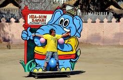 华欣,泰国:大象展示的志愿者 免版税库存照片