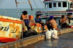 华欣,泰国:拖网渔船的渔夫 库存照片