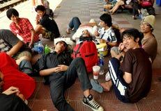 华欣,泰国:火车站的学生 免版税库存照片
