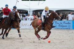 华欣,泰国- 4月25 :印度马球队(白红色)使用反对泰国马球队(白色)在2015个海滩马球亚洲C期间, 免版税库存照片