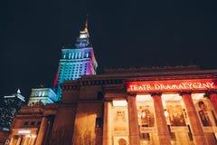 华沙、波兰- 3月, 2018入口科学宫殿的戏剧作法剧院和文化在晚上 免版税库存图片