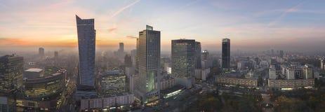 华沙市全景在日落期间的 库存图片
