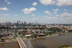 河、桥梁和城市 免版税库存照片