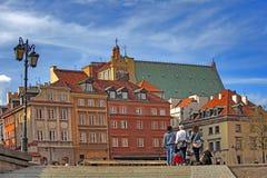 华沙市,波兰 老历史的房子屋顶,教会尖顶 免版税图库摄影