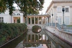 华沙波兰10月2014历史宫殿在庭院和湖里在华沙 免版税库存图片