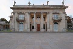 华沙波兰10月2014历史宫殿在庭院和湖里在华沙 库存照片