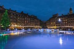 华沙老镇的滑雪溜冰场在圣诞夜之前 免版税库存图片