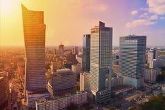 华沙街市-现代摩天大楼空中照片在日落 库存图片