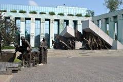 华沙起义纪念碑和最高法院 免版税库存照片