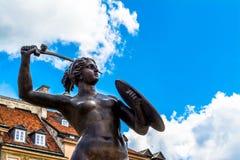 """华沙,波兰†""""2017年7月14日:一个美人鱼的雕塑在老镇在华沙在晴天 免版税库存图片"""