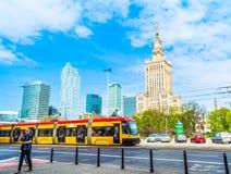 """华沙,波兰†""""2017年5月06日:华沙全景有现代摩天大楼的在一个晴天 图库摄影"""