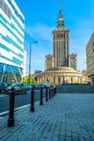"""华沙,波兰†""""2017年5月06日:文化和科学宫殿在华沙在与蓝天和绿色树的晴天 免版税库存图片"""