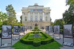 华沙,波兰 华沙大学的主要事例的看法和关于华沙反叛的照片陈列1944年 免版税库存照片