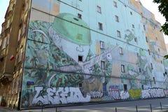 华沙,波兰 在一个军事主题的街道画在街道若望保禄二世大道下的大厦墙壁上 免版税库存图片