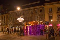 华沙,波兰- 2016年1月02日:克拉科夫郊区街道的夜视图在圣诞节装饰的华沙 免版税库存照片
