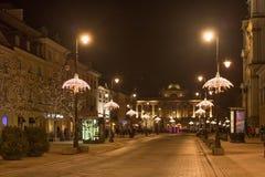 华沙,波兰- 2016年1月01日:克拉科夫郊区街道的夜视图在圣诞节装饰的华沙 图库摄影