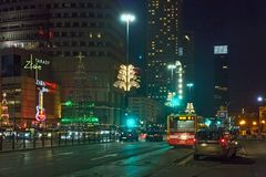 华沙,波兰- 2016年1月01日:华沙的市中心的夜街道圣诞节装饰的 免版税库存图片