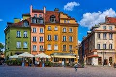华沙,波兰2017年6月8日:华沙` s老镇与五颜六色的被恢复的大厦的Plac Zamkowy如在2017年6月8日中看到 库存图片