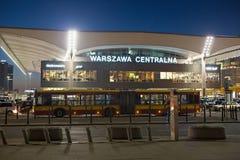 华沙,波兰- 2016年1月01日:华沙Centralna火车站的夜视图 图库摄影
