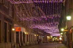 华沙,波兰- 2016年1月02日:历史的Freta街道夜视图在圣诞节装饰的在冬天晚上 图库摄影