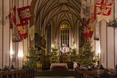 华沙,波兰- 2016年1月01日:哥特式圣约翰`在圣诞节装饰的s Archcathedral的主要法坛 库存图片