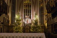华沙,波兰- 2016年1月01日:哥特式圣约翰`在圣诞节装饰的s Archcathedral的主要法坛 免版税图库摄影