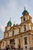 华沙,波兰- 2012年6月12日:圣十字教堂门面在华沙 库存照片