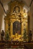 华沙,波兰- 2016年1月02日:圣洁十字架XV-XVI c的罗马天主教堂的主要法坛 在圣诞节装饰 免版税库存照片