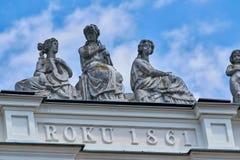 华沙,波兰- 2017年6月8日:如在中看到没人看见在一家大厦银行Pekao顶部在华沙的被忘记的雕象 免版税库存照片
