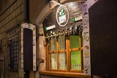 华沙,波兰- 2016年1月01日:工艺啤酒客栈闭合的窗口的夜视图同样Krafty 免版税图库摄影