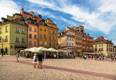 华沙,波兰- 2017年8月2日:建筑学和人们街道新的世界的在华沙 免版税图库摄影