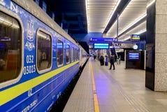 华沙,波兰- 2016年11月29日:旅客列车在驻地平台的乌克兰在波兰 免版税库存图片