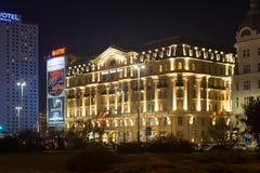 华沙,波兰- 2016年1月01日:旅馆博洛尼亚宫殿夜视图  免版税库存照片