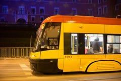 华沙,波兰- 2016年1月01日:电车Pesa 120Na摇摆在华沙在晚上 免版税图库摄影