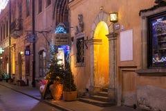 华沙,波兰- 2016年1月01日:集市广场历史建筑的墙壁圣诞节装饰的在晚上 库存图片