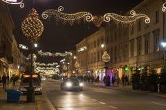 华沙,波兰- 2016年1月02日:Nowy Swiat街道的夜视图在圣诞节装饰的 库存照片