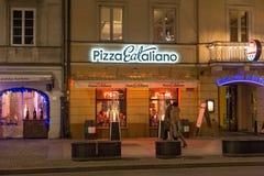 华沙,波兰- 2016年1月02日:Nowy Swiat街道的夜视图用咖啡馆和餐馆 库存图片