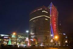 华沙,波兰- 2016年1月02日:scyscrapers的夜视图在华沙的市中心 库存图片