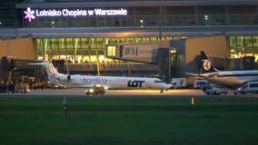 华沙,波兰- 2017年9月14日 乘出租车在机场的Nordica全部波兰人航空公司商业飞机在晚上 免版税图库摄影