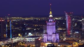 华沙,波兰- 2017年8月26日 劳动人民文化宫和科学空中夜射击 图库摄影