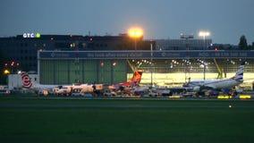华沙,波兰- 2017年9月14日 商业飞机和通用车辆在国际肖邦机场 库存图片