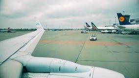 华沙,波兰- 2017年12月25日 商业飞机在肖邦国际机场,从舷窗的看法 图库摄影