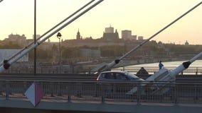 华沙,波兰- 2017年8月30日 看的城市地平线的空中射击,虽然在维斯瓦河的现代guyed桥梁 免版税库存照片